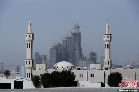 利俗得是沙特阿推伯的都城战中心省尾府,它座落正在阿推伯半岛中部哈僧法谷天仄本上,海拔520米;都会生齿达150万,是沙特的第一年夜都会。1818年起,利俗得即成为沙特王国都城;1932年,成为沙特阿推伯王国都城。图为沙特都城利俗得剪影。a target='_blank' href='http://www.chinanews.com/'中新社/a收 杜洋 摄