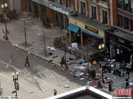 资料图:当地时间2013年4月15日,美国波士顿马拉松比赛终点线附近发生至少两起爆炸,4人不幸遇难,141人入院治疗。图为爆炸现场。