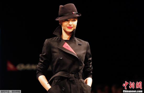 当地时间2018-12-15,澳大利亚悉尼,澳洲航空发布了新的制服样式。图为靓模展示新制服。