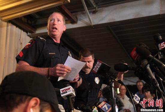 韦科县警察局发言人斯旺顿在牛棚内的临时新闻中心宣布韦斯特化肥厂爆炸事件最新进展。<a target='_blank' href='http://www.chinanews.com/'>中新社</a>发 王欢 摄