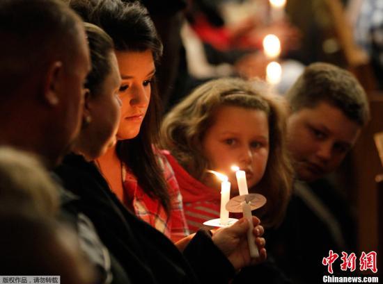当地时间2013年4月18日,美国得克萨斯州韦科市,圣玛丽教堂举行烛光守夜活动,为化肥厂爆炸遇难者祈福。