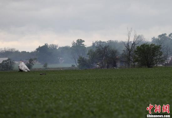 当地时间4月18日,美国得州化肥厂附近,因强烈爆炸而被弹到田野中的大块金属残骸。<a target='_blank' href='http://www.chinanews.com/'>中新社</a>发 王欢 摄