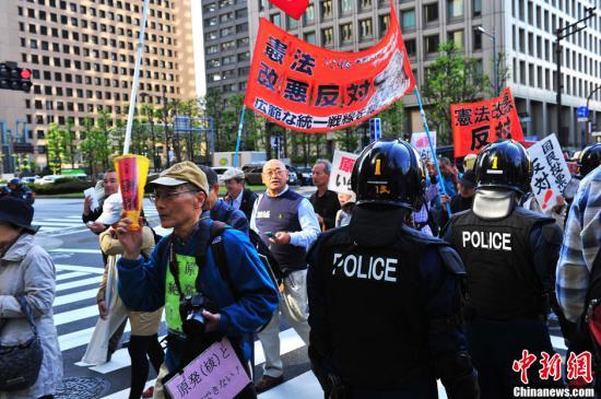 资料图:游行队伍中高举反对修宪标语的民众。/p中新社发 孙冉 摄