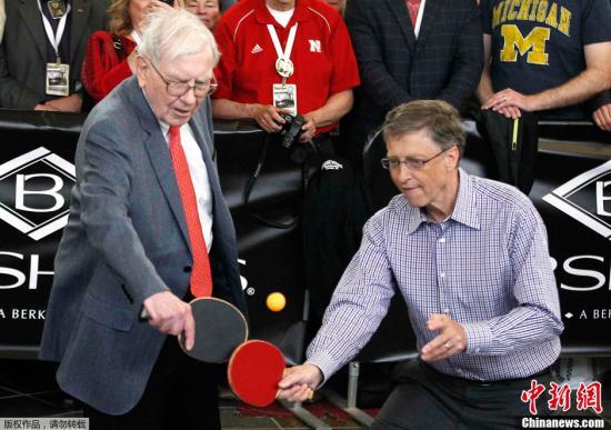 资料图:巴菲特(左)和比尔·盖茨打乒乓球。