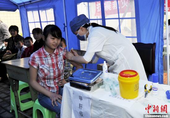 资料图:接种疫苗。中新社发 安源 摄