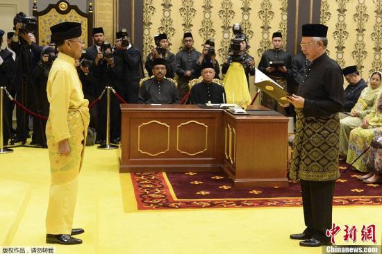 当地时间2014年5月6日,马来西亚吉隆坡,马来西亚总理纳吉布(右)在国王的见证下宣誓就职,开始第二个任期。