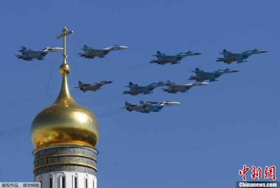 资料图:飞过克林姆林宫上空的俄罗斯战机。
