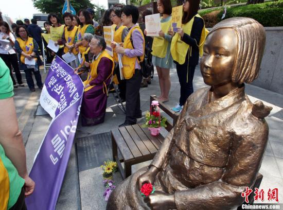 """当地时间5月15日,韩国首尔,二战时期的韩国慰安妇及当地民众在日本驻韩大使馆前示威,抗议日本维新会共同党首、大阪市长桥下彻有关""""随军慰安妇有必要""""的言论。图片来源:CFP视觉中国"""