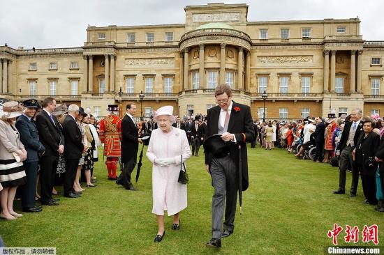 资料图:当地时间2013年5月22日,英国伦敦白金汉宫,英国女王主持皇家游园会。