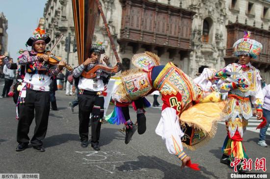当地时间2013年5月30日,秘鲁利马,来自多个城市的农民聚集,庆祝国家土豆日的到来。此次活动包括展览土豆、品尝美食、舞蹈等。