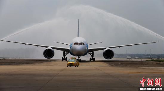 资料图:客机降落在广州白云国际机场。中新社发 罗广泰 摄
