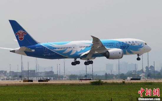 材料图:波音787飞机安稳下降广州黑云国际机场。a target='_blank' href='http://www.chinanews.com/'种孤社/a收 罗广泰 摄