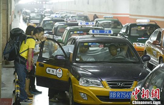 资料图:乘客准备乘坐出租车。中新社发 侯宇 摄