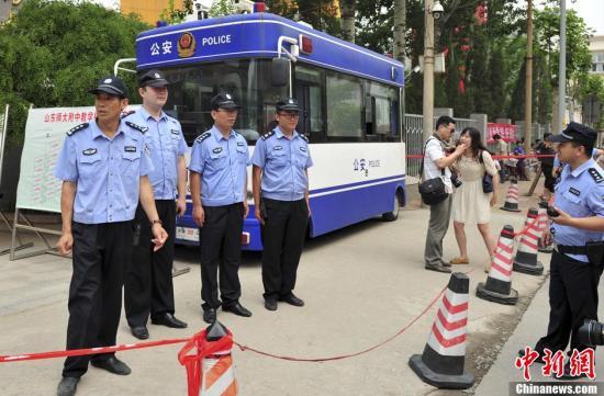 6月7日,在山东济南一高考考点,警方在考场所在学校门口设立警戒线。当日,2013普通高等学校招生全国统一考试开考。<a target='_blank' href='http://www.sray.cn/'>中新社</a>发 张勇 摄