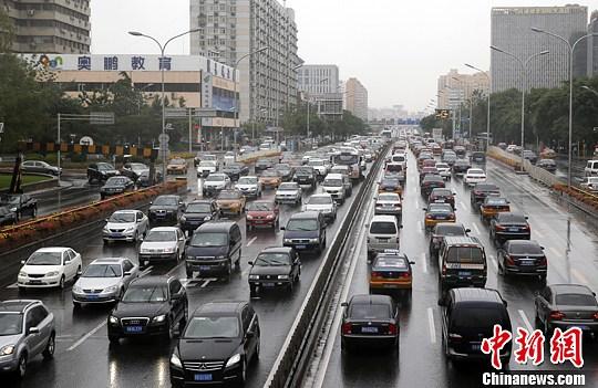 6月9日下午两点半左右,北京阜成门附近的路上,挤满了汽车。中新社发 刘关关 摄