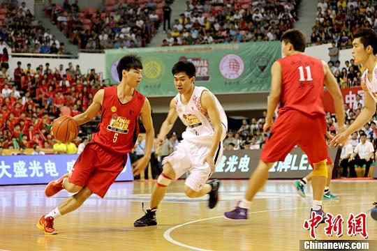 资料图:大学生篮球队参加全国比赛。杨伏山 摄