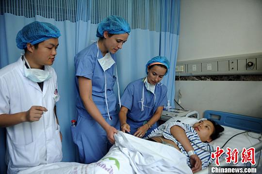 图为外籍医疗人员正在产房为产妇检查身体。陈超 摄
