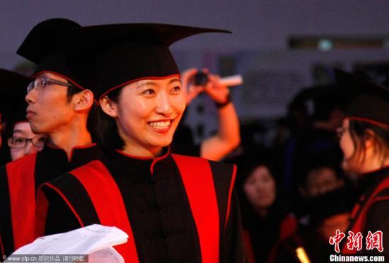 资料图:中国美院举行2013届毕业典礼,博士毕业生统一身着新式学位服领取毕业证书。图片来源:CFP视觉中国