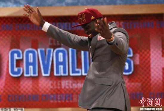 北京时间6月28日,2013年NBA选秀大会在布鲁克林巴克莱中心进行,之前大热的状元人选诺尔跌至第六位,无缘三甲,骑士用状元签选中了安东尼-本内特,魔术用榜眼签选了维克托-奥拉狄波,而奇才用探花签中了奥托-波特。