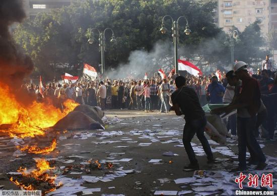 资料图:2013年6月28日,穆尔西的支持者和反对者在埃及北部多座城市爆发冲突。