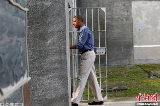 资料图片:当地时间2013年6月30日,美国时任总统奥巴马参观了南非的罗本岛。