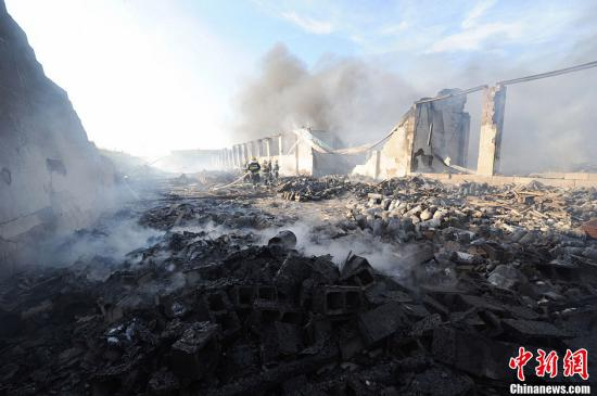 资料图:湖南长沙一老百姓私自搭建的临时仓库着火,仓库主要用于日用品、复合地板、电器产品等物资存放。杨华峰 摄