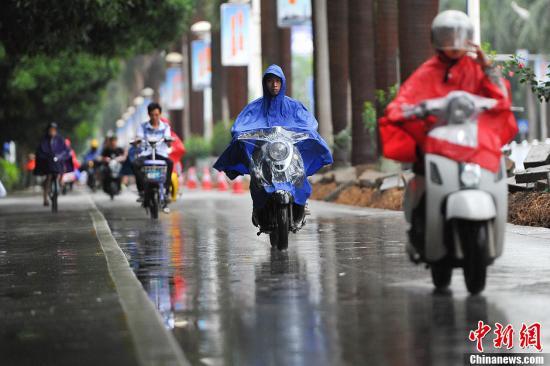 """资料图:""""温比亚""""给广西南宁带来降雨。中新社发 洪坚鹏 摄"""