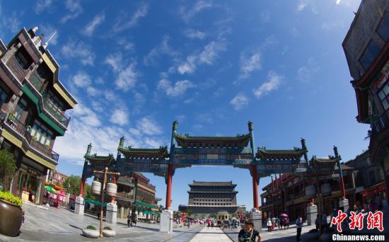 """7月2日,北京城区上空蓝天白云。由于昨日的一场降雨,阴霾笼城、重污染了多日的京城终于告别雨水迎来晴天,气温热情回升。不少网友纷纷晒出北京蓝天美照,""""北京蓝天""""成为热门话题。有网友称今日北京天空""""蓝得令人感动"""",亦有网友调侃北京的蓝天是""""限量版""""。图为北京前门景观。中新社发 郭俊锋 摄 图片来源:CNSPHOTO"""