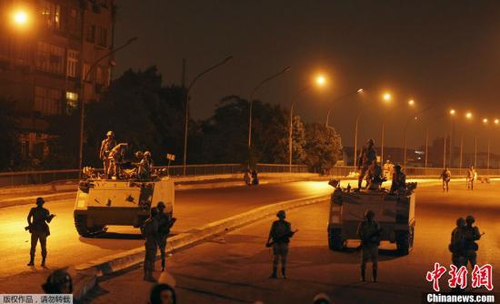 资料图:2013年7月,埃及军队在开罗街头部署装甲车和部队。