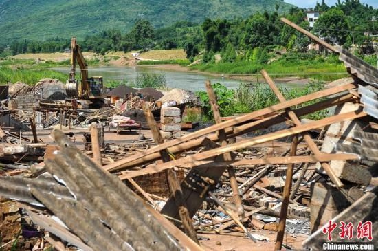 7月10日,广西贺州市公安、环保、国土等部门联合对浩洞河沿岸一带的非法选矿作坊进行拆除。贺江水污染元凶之一――汇威选矿厂即处于该河流上游位置。浩洞河沿岸一带长期以来存在数个小作坊式的选矿厂,原料被随意堆放,降雨时易导致河流被污染。自7月5日,贺江合面狮段水面出现较多的死鱼现象后,广西环保部门发现贺州与广东交界断面测出水质镉铊浓度超标,对下游广东造成影响。图为清拆现场。洪坚鹏 摄