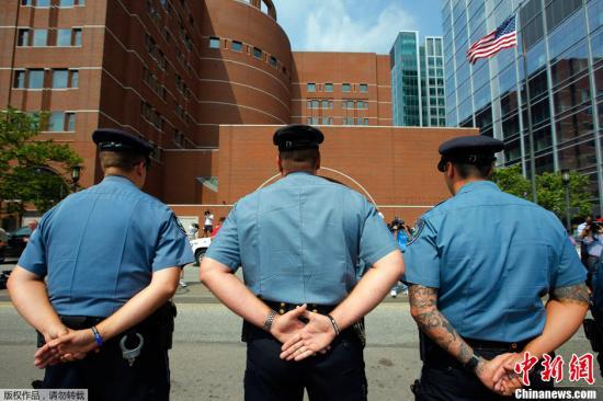 当地时间2013年7月10日,美国波士顿,波士顿爆炸案嫌犯焦哈尔·察尔纳耶夫当天首次在波士顿的联邦法院出庭受审。焦哈尔被指控使用大规模杀伤性武器,造成包括一名中国留学生在内的3人死亡、260余人受伤。据悉,焦哈尔·察尔纳耶夫拒绝认罪。 波士顿4月15日举办马拉松比赛期间遭遇爆炸事件,萨纳耶夫兄弟被美国联邦调查局FBI认定是这起爆炸的嫌犯。图为联邦法庭外麻省理工学院警察。