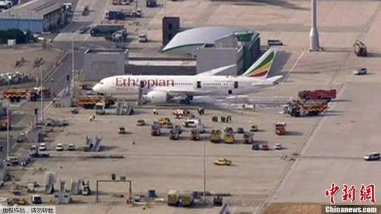 当地时间7月12日,英国伦敦,一架空置的波音787梦幻客机在伦敦希思罗机场起火,导致机场一度关闭了全部两条跑道,并暂停所有出发和到达航班。