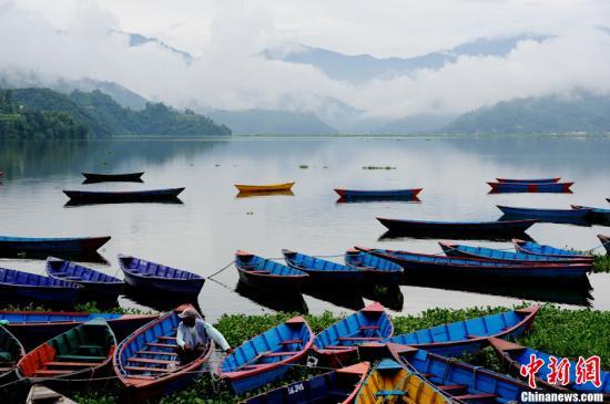 资料图:尼泊尔的博卡拉费瓦湖景色。a target='_blank' href='http://www.chinanews.com/'中新社/a发 陈文 摄