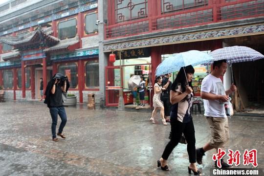7月15日中午,一场大雨突降太原,雨中的太原食品街古色古香别有一番韵味。张云 摄