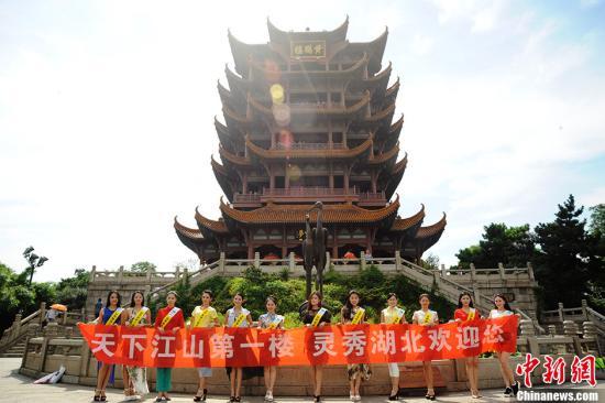 """2013世界旅游小姐中国总决赛将于8月8日在湖北丹江口市沧浪海旅游港举行,来自全国各地的38名旅游形象大使,将角逐""""中国旅游小姐""""称号,并代表中国参加世界总决赛。图为7月25日,部分选手在湖北黄鹤楼拍摄外景。<a target="""