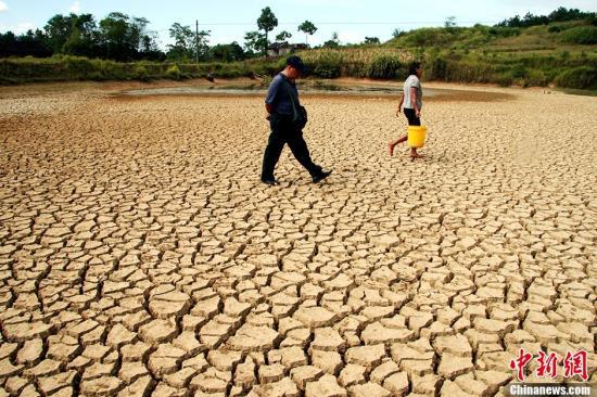 资料图:遭遇旱灾的土地。中新社发 李爱民 摄