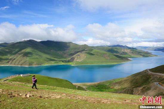 西藏神秘的地方,精神的伊甸园,令游人向往。游客或徒步、骑行、自驾游等畅游在地广人稀、空气稀薄、风情淳朴的藏区,勇敢挑战极限。走进雪域高原,方能体验感悟藏民族、藏文化、藏生活。人们在赞赏大美西藏雪山、神山、圣湖、古格王朝、藏寨民居、高原风光的同时,也得到心的洗礼。中新社发 陈文 摄