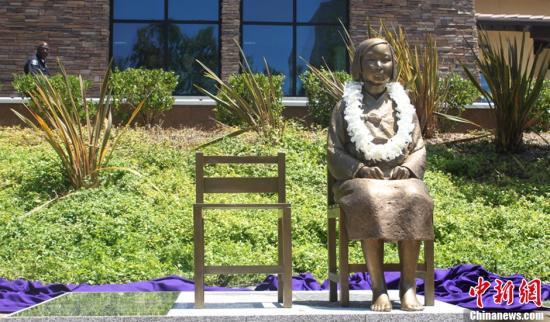 """当地时间2013年7月30日,美国洛杉矶,揭发二战时期日军罪行的""""慰安妇少女像""""当天在美国加州洛杉矶附近格伦代尔中央图书馆前的公园正式揭幕,这是慰安妇少女像首次落户海外。该铜像与日本驻韩国大使馆前的铜像一模一样,由同一雕刻家制作而成。不同的是,这座铜像旁边的石碑上刻有慰安妇历史简介。 慰安妇是日军在二战期间征招的专门提供性服务的女性,受害女性大多来自韩国和中国。洛杉矶市将每年的7月30日定为""""日军慰安妇纪念日""""。图片来源:CFP视觉中国"""