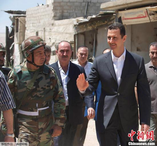 """当地时间8月1日,叙利亚国家通讯社(SANA)发布照片,在该国68周年建军节之际,总统巴沙尔•阿萨德在大马士革西南部视察了政府军队。当日,阿萨德通过媒体就该国建军节发表讲话,在讲话中高度赞扬叙利亚政府军对抗""""恐怖主义""""的英勇气概,称完全相信他们能够完成国家赋予的使命,战胜叙利亚反对派。"""