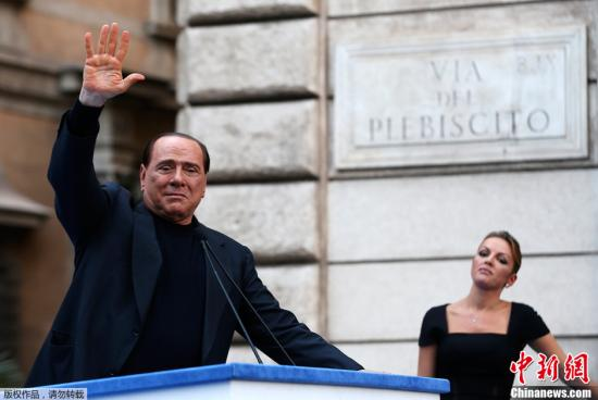 当地时间2013年8月3日报道,意大利罗马,意大利前总理贝卢斯科尼涉及旗下公司税务诈欺案,最高法院判刑4年。图为8月4日,贝卢斯科尼在抗议其欺诈案定罪的游行集会中。