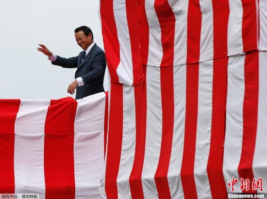"""2013年8月6日,日本海上自卫队22DDH型直升机航母在横滨下水。图为日本副首相和财政大臣麻生太郎参加""""出云号""""启动仪式。"""