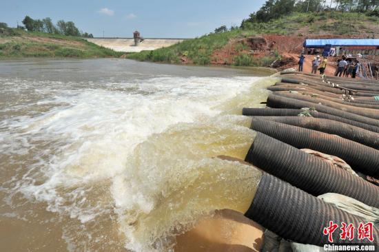 湖北孝感市郑家河水库在水库库区打坝架机提死水抗旱。张畅 摄