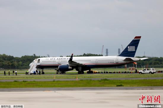 资料图:全美航空公司航班降落在机场。