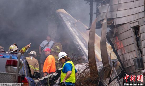 美国一小型飞机坠毁居民区