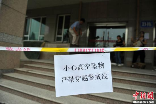 资料图:高空坠物警戒线。中新网记者 金硕 摄