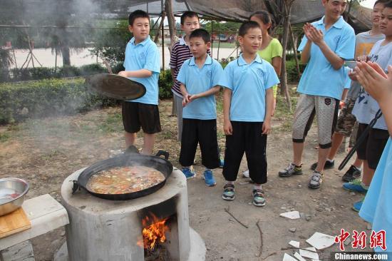 资料图:中小学生参加野餐夏令营。张远 摄