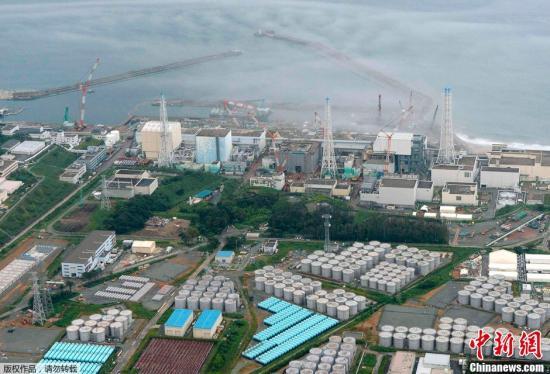 据8月20日消息,两年前发生核事故的日本福岛第一核电站又发生了辐射污水外泄事故。有关人员当天在反应堆储水罐周边发现了水潭,据估计,有大约300吨被高度污染的水可能已经流入海洋。图为8月20日拍摄的福岛第一核电站全景。