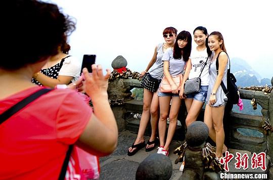 游客在景区游玩(资料图)。中新社发 陆欣 摄