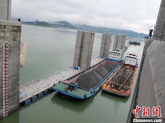 船舶正在驶进五级运行的南线船闸。刘敏 摄