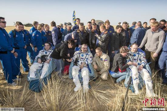 """当地时间9月11日,哈萨克斯坦杰兹卡兹甘,两名俄罗斯宇航员与一名美国宇航员乘坐俄罗斯""""联盟TMA-08M号""""宇宙飞船从国际空间站顺利返回地球,着陆在哈萨克斯坦境内。这三名宇航员分别是俄罗斯宇航员帕维尔·维诺格拉多夫Pavel Vinogradov、亚历山大·米索金Alexander Misurkin以及美国宇航员卡西迪Christopher Cassidy,他们三月份抵达国际空间站。"""